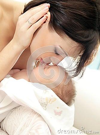 ευτυχής μητέρα μωρών