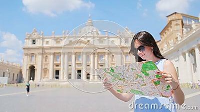 Ευτυχής νέα γυναίκα με το χάρτη πόλεων στην εκκλησία βασιλικών πόλεων του Βατικανού και του ST Peter ` s, Ρώμη, Ιταλία Γυναίκα το απόθεμα βίντεο