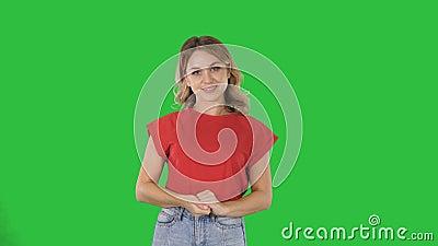 Ευτυχής νέα γυναίκα που παρουσιάζει ένα προϊόν που δείχνει με το δάχτυλό της την παρουσίαση πλευρών για μια πράσινη οθόνη, κλειδί απόθεμα βίντεο