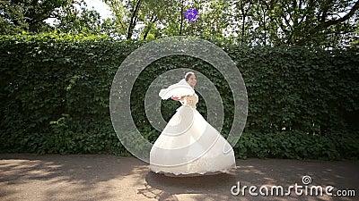 Ευτυχής περιστροφή νυφών στο πάρκο Φόρεμα νυφών ` s ευτυχής εκλεκτής ποιότητας γάμος ημέρας ζευγών ιματισμού απόθεμα βίντεο