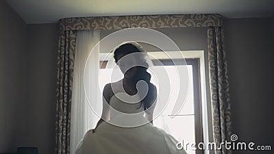 Ευτυχής χορός νυφών brunette Ελκυστική γυναίκα στο γαμήλιο φόρεμα που παίρνει έτοιμο για την τελετή, που απολαμβάνει την ημέρα φιλμ μικρού μήκους