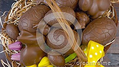 Ευτυχή αυγά Πάσχας σοκολάτας συσσώρευσης Πάσχας υπερυψωμένα στο καλάθι απόθεμα βίντεο