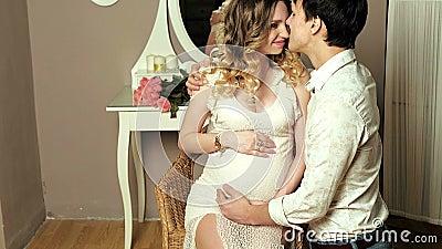 Ευτυχείς σύζυγος και σύζυγος που περιμένουν το μωρό φιλμ μικρού μήκους