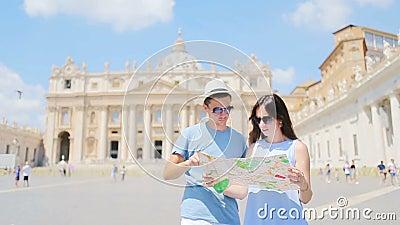 Ευτυχείς τουρίστες ζευγών με την εκκλησία βασιλικών του ST Peter υποβάθρου χαρτών στη πόλη του Βατικανού, Ρώμη, Ιταλία απόθεμα βίντεο