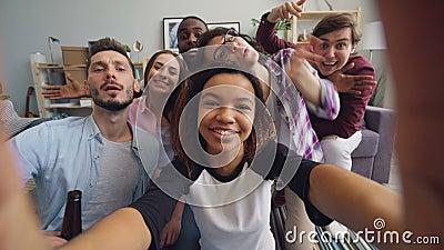 Ευτυχείς φίλοι που παίρνουν selfie στο σπίτι κρατώντας τη κάμερα που έχει τη διασκέδαση που εξετάζει τη κάμερα απόθεμα βίντεο