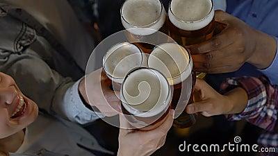 Ευτυχείς φίλοι που τα γυαλιά μπύρας στο μπαρ, που εξισώνει την ψυχαγωγία μετά από την εργασία απόθεμα βίντεο