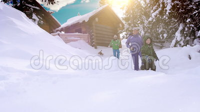 Ευτυχείς χειμερινές διακοπές οικογενειακών εξόδων στην καμπίνα βουνών με το σκυλί τους απόθεμα βίντεο