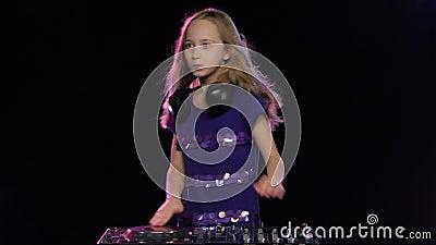 Εύθυμη ηχητική λωρίδα που εκτελείται από το έφηβη DJ στο βινύλιο, στούντιο φιλμ μικρού μήκους