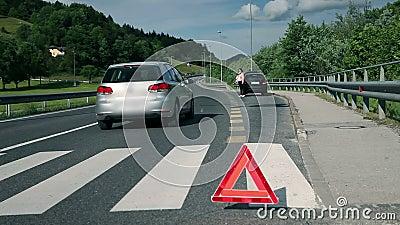 Ελκυστική γυναίκα στον κίνδυνο ενώ το αυτοκίνητο περνά από