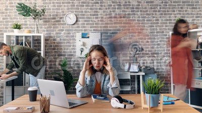 Ζουμ στο χρόνος-σφάλμα του υπαλλήλου που πάσχει από τον πονοκέφαλο στην αρχή στο γραφείο απόθεμα βίντεο