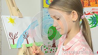 Ζωγραφική παιδιών easel, σχολικό παιδί στην κατηγορία εργαστηρίων, λειτουργώντας τέχνη τέχνης κοριτσιών φιλμ μικρού μήκους