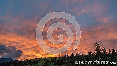 Ζωηρόχρωμος ουρανός ηλιοβασιλέματος και μεταλαμπή σύννεφων Ήλιος που θέτει επάνω από το χρονικό σφάλμα σκιαγραφιών βουνών φιλμ μικρού μήκους
