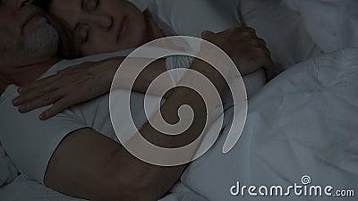 Ηλικίας ύπνος ζευγών στο κρεβάτι, γυναίκα που βρίσκεται στο στήθος ανδρών, τρυφερή σχέση, αγάπη απόθεμα βίντεο