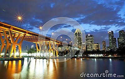 Ηλιοβασίλεμα στη γέφυρα σε CBD