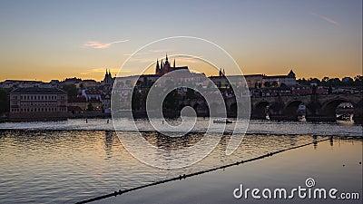 Ημέρα στο βίντεο νυχτερινού σφάλματος του ορίζοντα πόλεων της Πράγας με τον ποταμό Vltava σε τσεχικά, Δημοκρατία timelapse 4K απόθεμα βίντεο