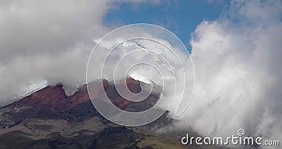 Ηφαίστειο Cotopaxi μεταξύ νεφών φιλμ μικρού μήκους
