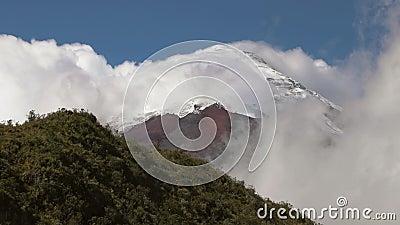 Ηφαίστειο Cotopaxi μεταξύ των σύννεφων φιλμ μικρού μήκους
