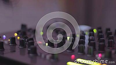 ηχητική σκοτεινή νύχτα αστραπής εξοπλισμού DJ που ωθεί αναμιγνύοντας τα κουμπιά κονσολών, μίξη Ατμόσφαιρα κόμματος απόθεμα βίντεο