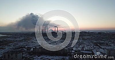 Η άποψη από τον κηφήνα της πόλης και του εργοστασίου Βαρύς καπνός που προέρχεται από τους σωλήνες απόθεμα βίντεο
