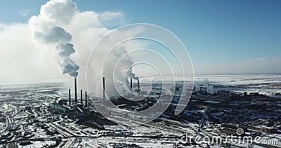 Η άποψη από τον κηφήνα της πόλης και του εργοστασίου Βαρύς καπνός που προέρχεται από τους σωλήνες φιλμ μικρού μήκους