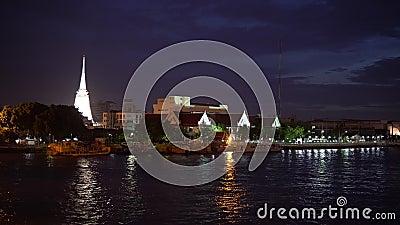 Η άσπρη λάρνακα stupa του βουδισμού τη νύχτα στη Μπανγκόκ, Ταϊλάνδη απόθεμα βίντεο