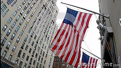 Η αμερικανική σημαία κυματίζει στην πόλη