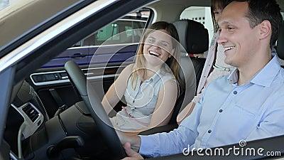 Η απόλαυση στη νέα μηχανή, νέα οικογένεια εξετάζει το σαλόνι αυτοκινήτων,