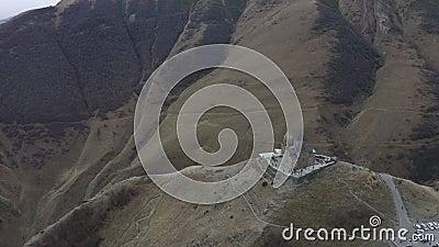 Η εναέρια προσγείωση βλέπει την αρχαία γεωργιανή εκκλησία στα υψίπεδα στο όρος Kazbek απόθεμα βίντεο