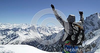 Η επίτευξη ατόμων ορεσιβίων ορειβατών χιονώδης τοποθετεί την κορυφή με το τσεκούρι πάγου στην ηλιόλουστη ημέρα Δραστηριότητα σκι  απόθεμα βίντεο