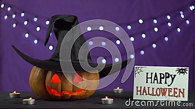 Η επικεφαλής πυράκτωση κολοκύθας του Jack από το κερί και το καπέλο στην κολοκύθα τινάζει ominously φιλμ μικρού μήκους