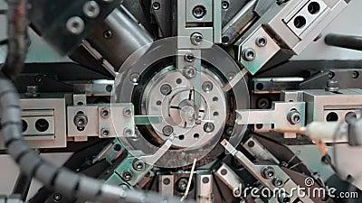 Η εργασία της CNC κάμπτοντας μηχανής μηχανισμών Κατασκευή ενός ελατηρίου καλωδίων Κυκλική βράση που αφήνεται στο δικαίωμα απόθεμα βίντεο