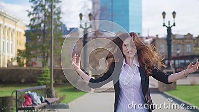 Η ευτυχής επιχειρηματίας περπατά και χορεύει στην οδό εξετάζοντας τη κάμερα Happynes γιορτάστε την επιτυχία απόθεμα βίντεο
