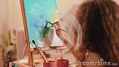 Η ζωγραφική χόμπι δημιουργεί αφηρημένα γραφικά φιλμ μικρού μήκους