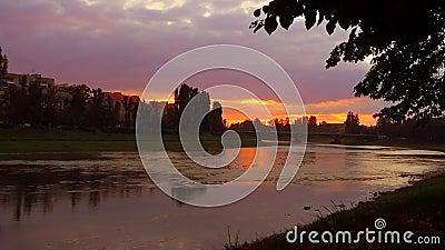 Ηλιοβασίλεμα πανοράματος στον ποταμό σε Uzghorod απόθεμα βίντεο