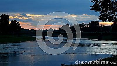 Ηλιοβασίλεμα στην πόλη Uzghorod ποταμών φιλμ μικρού μήκους