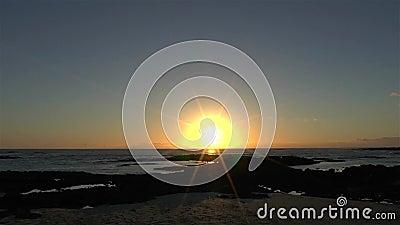 Ηλιοβασίλεμα χρονικών περιτυλίξεων στην τροπική παραλία απόθεμα βίντεο