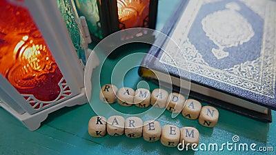 Η κλίση επάνω στο μήκος σε πόδηα 4K Ramadan Kareem σημαίνει ευλογημένο Ramadan με 2 φανάρια και ένα αντίγραφο Koran Quran στο τυρ απόθεμα βίντεο