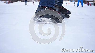 Η λεπίδα των πατινών κόβει τον πάγο Ο παίκτης του χόκεϊ κάνει την πέδηση στον πάγο Κοντινό πλάνο πατινάζ χόκεϊ φιλμ μικρού μήκους
