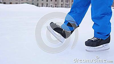 Η λεπίδα των πατινών κόβει τον πάγο Ο παίκτης του χόκεϊ κάνει την πέδηση στον πάγο Κοντινό πλάνο πατινάζ χόκεϊ απόθεμα βίντεο