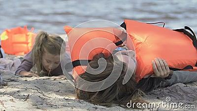 Η μαμά και η κόρη επέζησαν σε συντριβή βγάζοντας το σωσίβιο και φτύνοντας νερό απόθεμα βίντεο