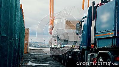 Η μεταφορά εμπορευμάτων - ένα μεγάλο φορτηγό προσεγγίζει το φορτίο και είναι έτοιμο για αποστολή απόθεμα βίντεο