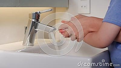 Η μητέρα πλένει τα χέρια του γιου της με σαπούνι και νερό για να αποτρέψει την πανδημία του κορονοϊού. πλύσιμο χεριών με σαπούνι απόθεμα βίντεο