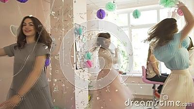 Η ομάδα συγκινημένων ευτυχών αρκετά νέων γυναικών στη φαντασία ντύνει να χορεψει γύρω στο επαγγελματικό σαλόνι ομορφιάς απολαμβάν απόθεμα βίντεο
