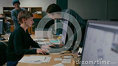 Η ομάδα Emploees συζητά το πρόγραμμα εργαζόμενος στο γραφείο με τους υπολογιστές φιλμ μικρού μήκους