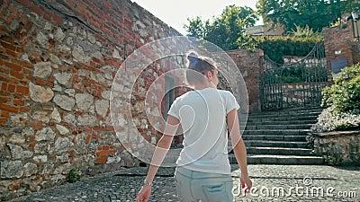 Η πίσω γυναίκα τουριστών άποψης θηλυκή αναρριχείται στα σκαλοπάτια σε Mikulov, Δημοκρατία της Τσεχίας φιλμ μικρού μήκους