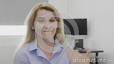 Η πτώση και δεν αποδοκιμάζει καμία χειρονομία που γίνεται από την όμορφη εταιρική γυναίκα στο γραφείο που αρνείται την επιχειρησι φιλμ μικρού μήκους