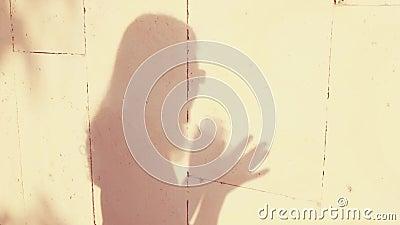 Η σκιά σκιαγραφιών ενός νέου και όμορφου κοριτσιού παρουσιάζει και απεικονίζει συγκινήσεις Αγάπη, θαυμασμός, χαρά, συγχαρητήρια κ φιλμ μικρού μήκους