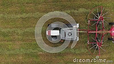 Η τοπ άποψη του συμπαγούς τρακτέρ με το λειτουργώντας κόκκινο κύκλο διαμόρφωσε τα τρεξίματα τσουγκρανών στον τομέα φιλμ μικρού μήκους