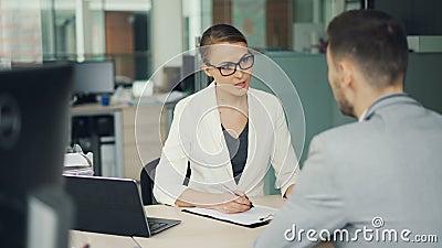 Η φιλική επιχειρηματίας στα γυαλιά και το κοστούμι παίρνει συνέντευξη από έναν αρσενικό υποψήφιο για την εργασία στην αρχή Οι άνθ φιλμ μικρού μήκους