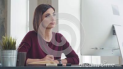 Η φιλόδοξη νέα γυναίκα στον εργασιακό χώρο εξετάζει την οθόνη οργάνων ελέγχου απόθεμα βίντεο